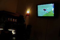 Partita finale Italia-Spagna del campionato europeo di calcio 2012..Final match Italy-Spain of European Football Championship 2012..Schermi televisivi in strada , nei ristoranti e nei locali sintonizzati sulla partita..TV screens in the street, in restaurants and local tuned on the game.