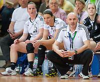 Trainer Leszek Krowicki (VFL) vorfolgt kniend das Spiel vor seiner Bank