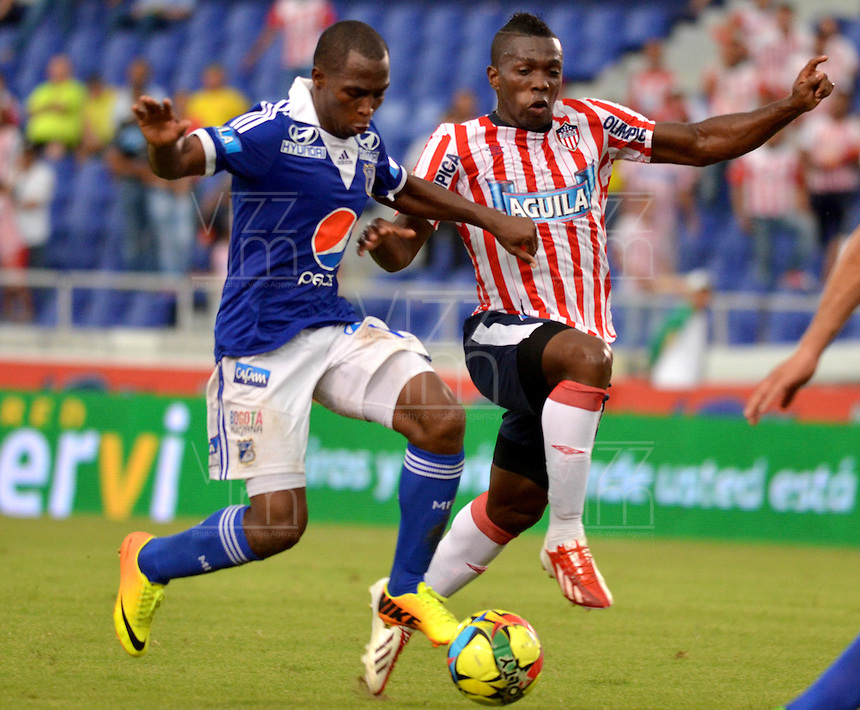 BARRANQUILLA - COLOMBIA-27-10-2013: Edison Toloza (Der.) jugador del Atletico Junior disputa el balón con Dhawlin Leudo(Izq.) jugador de Millonarios durante partido en el estadio Metropolitano Roberto Melendez de la ciudad de Barranquilla, octubre 27 de 2013. Atletico Junior y Millonarios durante partido por la decimosexta fecha de la de la Liga Postobon II. (Foto: VizzorImage / Alfonso Cervantes / Str). Edison Toloza (R), player of Atletico Junior vies for the ball with Dhawlin Leudo (L) player of Millonarios during a match at the Metropolitano Roberto Melendez Stadium in Barranquilla city, October 27, 2013. Atletico Junior and Millonarios during a match for the sixteenth round of the Postobon II League. (Photo: VizzorImage / Alfonso Cervantes / Str).