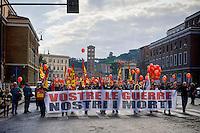 Roma 20 Novembre 2015<br /> Sciopero generale dei lavoratori del pubblico impiego, indetto dall&rsquo;Unione Sindacale di Base, contro la Legge di Stabilit&agrave;, che prevede aumenti contrattuali di 5 euro medi lordi mensili e contro il governo Renzi. Sullo striscione si legge: Vostre le guerre, nostri i morti.<br /> Rome 20 November 2015<br /> General strike of public sector workers, called by the USB (Auditors of Base), against the Stability Law, which provides for contractual increases of 5 EUR average gross monthly and against the government Renzi. The banner reads: Your war, our dead.