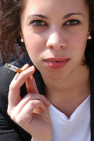 Ragazza mentre fuma una sigaretta. Girl is smoking a cigarette....