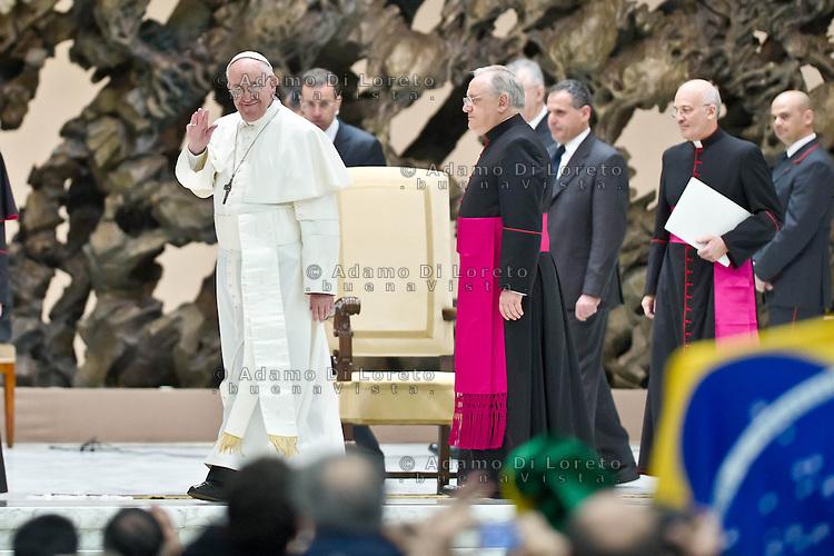 VATICANO 16/03/2012: Papa Francesco benedice saluta tutta la platea mentre va via dall'aula. Foto Adamo Di Loreto/buenaVista* photo