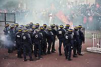 manifestation pour le travail, poliziotti in assetto di intervento fronteggiano i manifestanti