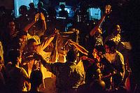 EGITTO, IL CAIRO 9/10 settembre 2011: assalto all'ambasciata israeliana. Migliaia di manifestanti egiziani, ancora infuriati per l'uccisione di cinque guardie di frontiera egiziane da parte dell'esercito israeliano, hanno fatto irruzione nella sede diplomatica israeliana e sono stati poi sgomberati da esercito e polizia egiziana. Nell'immagine: alcuni manifestanti bruciano una bandiera.<br /> Egypt attack to the Israeli embassy  Attaque &agrave; l'ambassade israelienne Caire