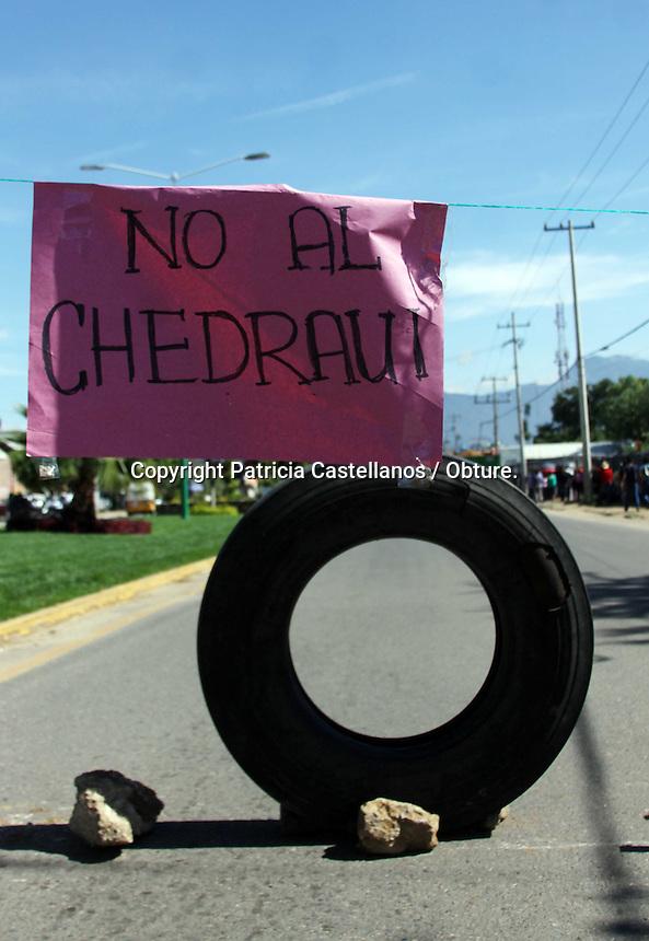 Oaxaca de Ju&aacute;rez, Oax. 27/08/2015.- Uni&oacute;n de Peque&ntilde;os Comercios Independientes de Santa Cruz Xoxocotl&aacute;n, bloquearon ambos carriles del Boulevard Guadalupe Hinojosa de Murat, y obstaculizaron los accesos a la construcci&oacute;n de la tienda comercial &ldquo;Chedrahui&rdquo; en esta zona, lo anterior luego de ser discriminados por parte del gobierno municipal, el cual seg&uacute;n sus propias palabras les cobra altas sumas de dinero por permisos, les ha clausurado sus negocios y los ha intimidado, lo contrario a las empresas trasnacionales.<br /> <br /> <br /> <br /> En este contexto, los manifestantes obstaculizaron el camino con rocas, llantas, mecates y peque&ntilde;os veh&iacute;culos, para impedir el tr&aacute;nsito de unidades en esta &aacute;rea, y con ello presionar al gobierno municipal para que los reciba y escuche sus demandas, ya que llevan m&aacute;s de un a&ntilde;o pidiendo una mesa de dialogo con el edil, H&eacute;ctor Santiago, y este no se ha dignado a recibirlos.