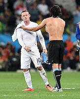 FUSSBALL WM 2014  VORRUNDE    GRUPPE D     Uruguay - England                     19.06.2014 Edinson Cavani (re, Uruguay) troestet Wayne Rooney (li, England)