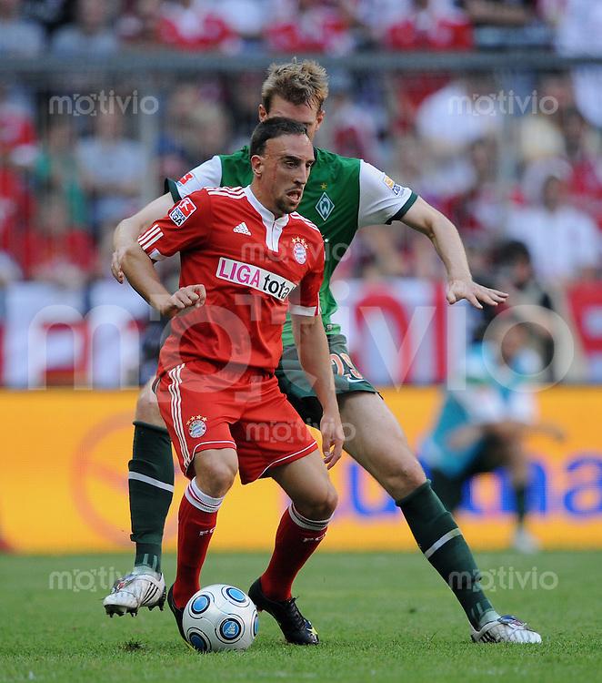 FUSSBALL  1. BUNDESLIGA   SAISON 2009/2010   2. SPIELTAG    15.08.2009 FC Bayern Muenchen - SV Werder Bremen      Franck Ribery (vorn, FCB)  gegen Per Mertesacker (hinten, Werder)