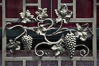 Europe/France/Midi-Pyérénées/82/Tarn-et-Garonne/Moissac: Représentation du Chasselas de Moissac sur la  Maison Resseguie : Située face au Cinéma ,portes et fenêtres aux grilles en fer forgé ornées de grappes sont représentatives comme une enseigne de la fonction de la fonction d'expéditeur de fruits des propriétaires.
