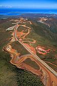 Le convoyeur (tapis roulant d'une longueur de 11 km) sur la mine de nickel du massif du Koniambo achemine le minerai à l'usine de Vavouto en bord de mer, Koné, Nouvelle-Caléodnie