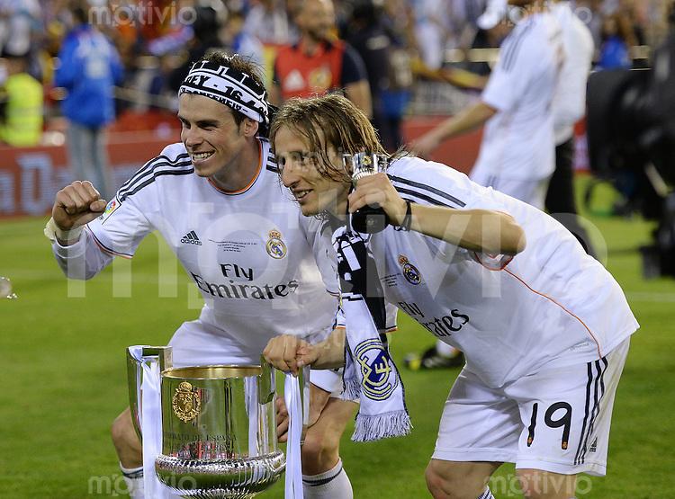 FUSSBALL  INTERNATIONAL Copa del Rey FINALE  2013/2014    FC Barcelona - Real Madrid            16.04.2014 JUBEL Real Madrid;  Gareth Bale und Luka Modric (re) jubeln mit dem Pokal
