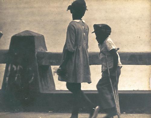La pobreza, la niñez desvalida, el desamparo de los huérfanos de pan y de conocimiento en época de la Campaña de Alfabetización, 1971. © Apeco.