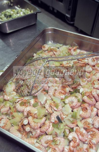 """Europe/Italie/Lombardie/Lac de Come/Cernobbio: dans les cuisines du palace """"La Villa d'Este"""" cuisson des crevettes de Sicile"""