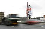 Foto: VidiPhoto<br /> <br /> ANDELST - Na de billboards tegen overspel in 2015, de paginagrote advertenties voor liefde en trouw in de ochtendkranten dit jaar op Valentijnsdag, zet de SGP nu zichzelf flink op de kaart. Op diverse enorme billboards langs de Nederlandse snelwegen, zoals hier langs de A15 bij Andelst in de Betuwe, heeft de partij megaposters aangebracht die oproepen voor het leven, dus de SGP, te stemmen. De acties voor liefde en trouw, de tv-optredens van lijsttrekker Kees van der Staaij en de kritische houding tegenover islam en immigratie, hebben de staatkundigen veel goodwill opgeleverd, zelfs tot ver buiten de Bijbelbelt. Voor het eerst sinds de oprichting van de SGP in 1918 is zelfs een vierde kamerzetel in beeld.