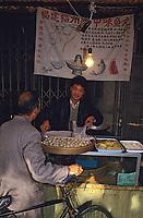 Asie/Chine/Jiangsu/Env Nankin&nbsp;: March&eacute; libre de la rue Shan-Xi - Marchand de bouch&eacute;es &agrave; la vapeur<br /> PHOTO D'ARCHIVES // ARCHIVAL IMAGES<br /> CHINE 1990