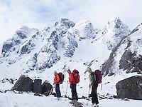 Skiløpere på topptur på vei opp Sørfjorddalen mot Øksfjordjøkelen. ---- Skiers on their way from Nuvsvåg towards Øksfjordjøkelen.