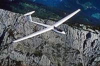 Segelflugzeug vom Typ LS1f : Slowenien 08.07.1996: Segelflugzeug vom Typ  LS1 f. Die LS1 ist ein einsitziges Segelflugzeug der Clubklasse mit 15 m Spannweite und starrem Fluegelprofil. Entworfen wurde sie fuer die damalige Standardklasse als erster eigener Entwurf von Wolf Lemke. Sie wurde von der Firma Rolladen Schneider Flugzeugbau von 1968 bis 1977 in neun Varianten produziert (LS1-0, a, b, c, d, e, ef, f, ) und dabei mehrfach ueberarbeitet.