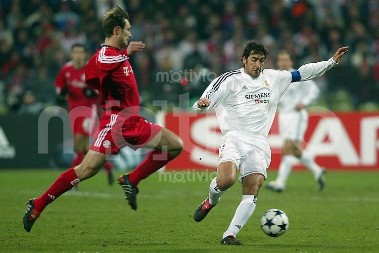 FUSSBALL Champions League 2003/2004 Achtelfinal Hinspiel  FC Bayern Muenchen 1-1 CF Real Madrid Robert Kovac (FCB,li) gegen Raul (Real)