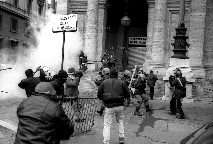 Roma  20 Febbraio 1999  .Assaltate le linee aeree turche in Piazza della Repubblica  da manifestanti di sinistra per protestare contro l'arresto del leader curdo del P.K.K. Abdullah Ocalan,  scontri con la Polizia..Rome, February 20 1999.Attacked the Turkish Airlines in Piazza della Repubblica by leftist demonstrators protesting the arrest of Kurdish leader of the PKK Abdullah Ocalan, clashes with the police.
