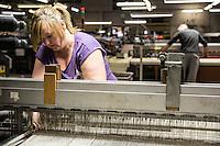 Operai al lavoro in fabbrica, macchine di tessitura Bute tartan mills