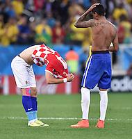 FUSSBALL WM 2014  VORRUNDE    Gruppe A    12.06.2014 Brasilien - Kroatien Ivan Perisic (li, Kroatien) und Luiz Gustavo (re, Brasilien) tauschen nach dem Abpfiff das Trikot