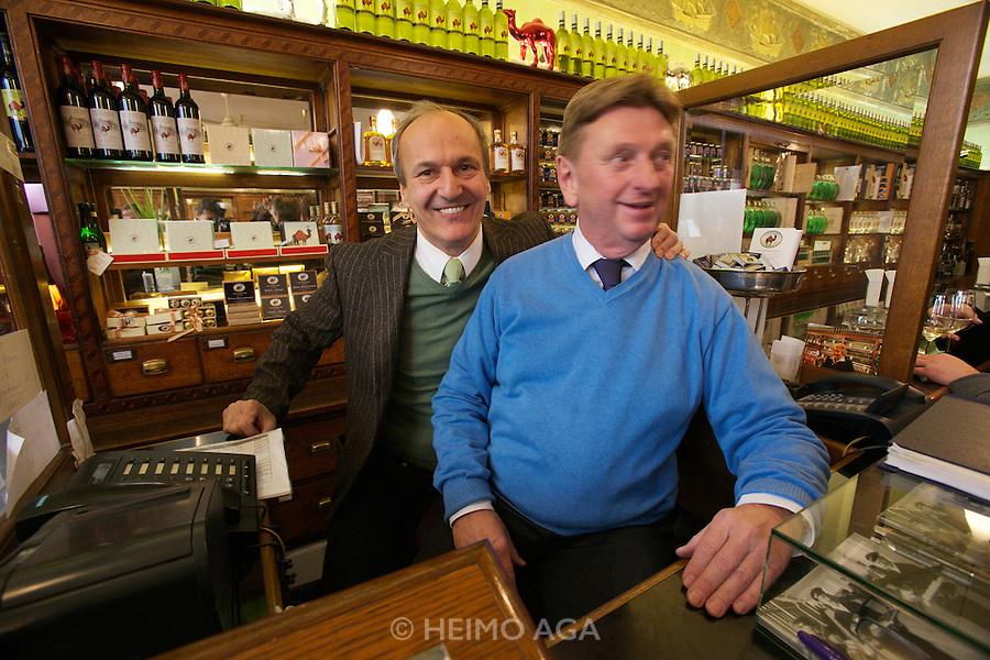 Vienna. Zum schwarzen Kameel. Owner and Director Peter Friese (l.) with the cashier.