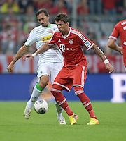 Fussball  1. Bundesliga  Saison 2013/2014   1. SPIELTAG FC Bayern Muenchen - Borussia Moenchengladbach       09.08.2013 Martin Stranzl (li, Borussia Moenchengladbach) gegen Mario Mandzukic (re, FC Bayern Muenchen)