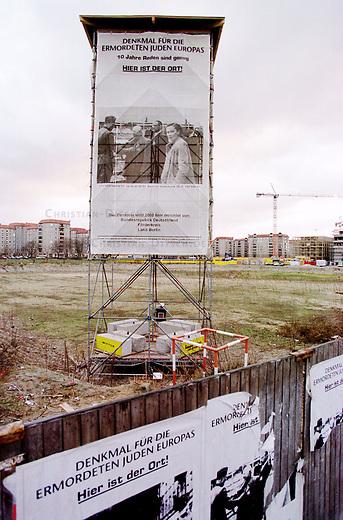 Blick durch den Bauzaun auf das Gelaende fuer das Mahnmal fuer die ermordeten Juden in Europa in Berlin-Mitte. Auf dem Gelaende Informationstafeln, angebracht an einem Gestell, Nachbildung eines Wachturms. <br /> Der Grundstein fuer das seit einem Jahrzehnt heftig diskutierte Mahnmal wurde am 27. Januar 2000 gelegt.<br /> 5.1.2000, Berlin<br /> Copyright: Christian-Ditsch.de<br /> [Inhaltsveraendernde Manipulation des Fotos nur nach ausdruecklicher Genehmigung des Fotografen. Vereinbarungen ueber Abtretung von Persoenlichkeitsrechten/Model Release der abgebildeten Person/Personen liegen nicht vor. NO MODEL RELEASE! Nur fuer Redaktionelle Zwecke. Don't publish without copyright Christian-Ditsch.de, Veroeffentlichung nur mit Fotografennennung, sowie gegen Honorar, MwSt. und Beleg. Konto: I N G - D i B a, IBAN DE58500105175400192269, BIC INGDDEFFXXX, Kontakt: post@christian-ditsch.de<br /> Bei der Bearbeitung der Dateiinformationen darf die Urheberkennzeichnung in den EXIF- und  IPTC-Daten nicht entfernt werden, diese sind in digitalen Medien nach &sect;95c UrhG rechtlich gesch&uuml;tzt. Der Urhebervermerk wird gemaess &sect;13 UrhG verlangt.]