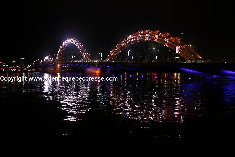 Da Nang<br /> bridges at night