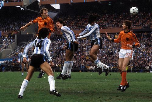 25.06.1978 Willy van de Kerkhof (Holland) challenges Daniel Bertoni and Daniel Passarella during the 1978 world cup finals