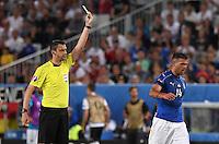 FUSSBALL EURO 2016 VIERTELFINALE IN BORDEAUX Deutschland - Italien      02.07.2016 Schiedsrichter Viktor Kassai zeigt Stefano Sturaro (re, Italien)  die gelbe Karte