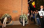 Foto: VidiPhoto <br /> <br /> VEENENDAAL &ndash; De Belgische ambassadeur Hoornaert (r) en commissaris van de Koningin Van Beek van Utrecht hebben vrijdagavond op de Markt in Veenendaal een plaquette onthuld, ter herinnering aan de Eerste Wereldoorlog. In Veenendaal werden in die periode 1200 Belgische vluchtelingen opgevangen.