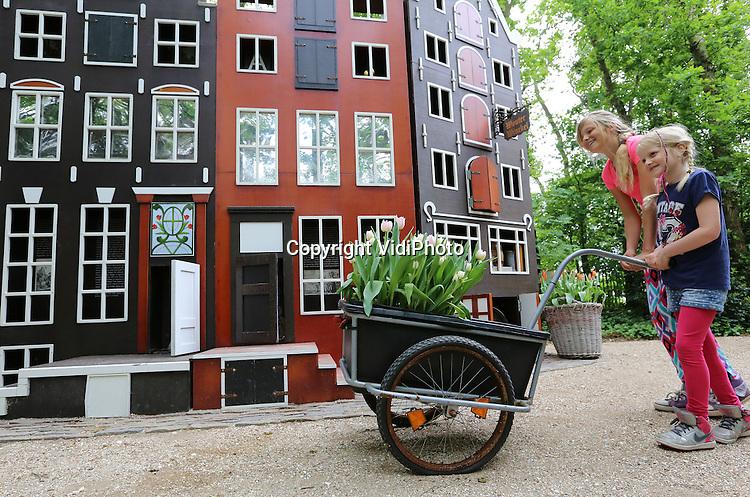 Foto: VidiPhoto<br /> <br /> SINT MAARTENSZEE - Het educatieve speelpark Tulpenland in het Noord-Hollandse Sint Maartenszee is de enige plek in Nederland waar ook in de zomer tulpen volop bloeien. Kinderen maar ook ouderen leren er spelenderwijs alles over tulpen. Tulpenland is een initiatief van Fluwel, een collectief van de bollenkwekers Carlos van der Veek en Jeroen van der Hoek.