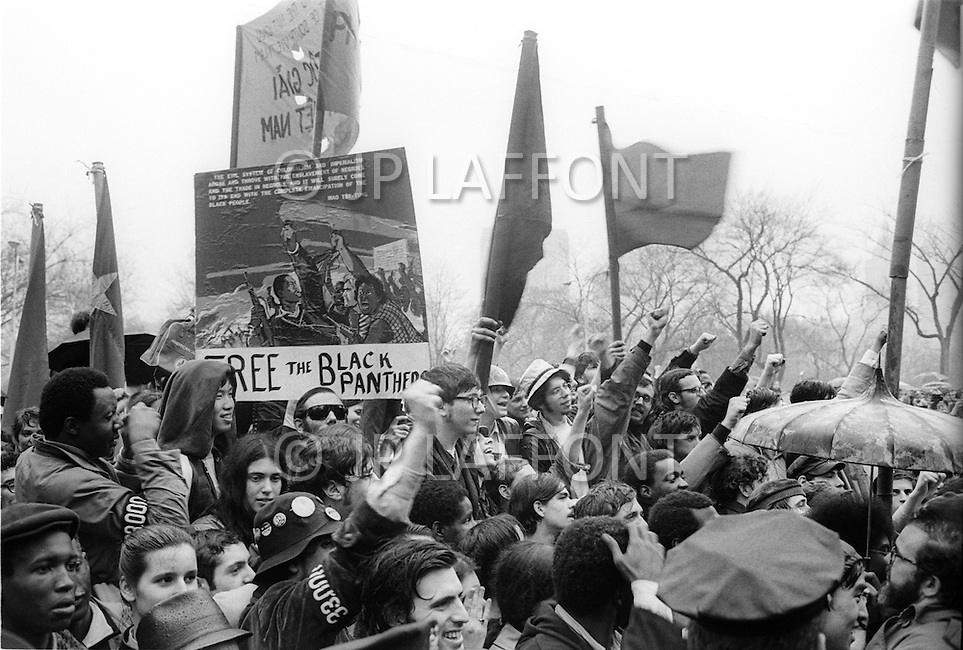 08 Apr 1969 --- Demonstrators in New York City protesting the Vietnam War, which as of this month has claimed more soldiers' lives than that of the entire Korean War. Last month, the United States began secret bombing campaigns of North Vietnamese and Vietcong bases in Cambodia. Rising their fist protestors support the Black Panthers Movement.<br /> New York City, NY. 8 avril 1969. <br /> Les hippies manifestent contre l&rsquo;escalade de la guerre au Vietnam. Nixon est le premier vis&eacute;. De vraies t&ecirc;tes de cochons seront plant&eacute;es sur des piquets. Ce sera la seule fois o&ugrave; je verrai de vraies t&ecirc;tes de cochons utilis&eacute;es pendant des d&eacute;monstrations.