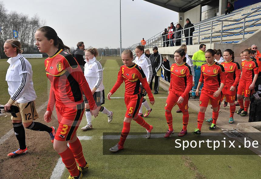 Belgie U17 - Duitsland U17 : Tine De Caigny (3) , Inne De Smet (5) en ploegmaats.foto DAVID CATRY / Vrouwenteam.be