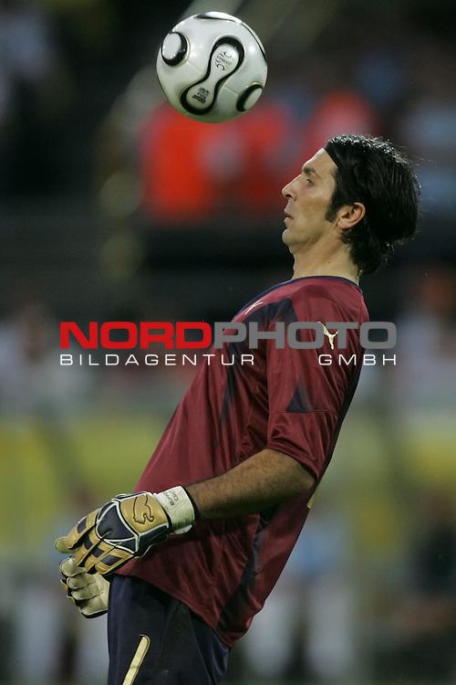 FIFA WM 2006 -  Semi Finals / Halbfinale<br /> Play    #61 (04-Juli) - Deutschland - Italien 0:2 n.V.<br /> <br /> Torwart Gianluigi Buffon von Italien in Aktion.<br /> Gianluigi Buffon stoppt den Ball mit dem Kopf.<br /> <br /> Foto &copy; nordphoto