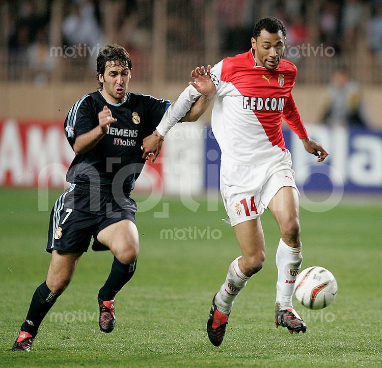 FUSSBALL Champions League 2003/2004 Viertelfinalrueckspiel AS Monaco 3-1 Real Madrid Raul (Real,li) gegen Edouard Cisse (AS)