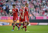 Fussball  1. Bundesliga  Saison 2013/2014  9. Spieltag FC Bayern Muenchen - 1. FSV Mainz     19.10.2013 Arjen Robben (re, FC Bayern Muenchen) enttaeuscht ueber die nicht Beruecksichtigung als Elfmeterschuetze, Thomas Mueller (hinten li, FC Bayern Muenchen) mit Ball fuehrt den Strafstoss aus.