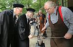 Foto: VidiPhoto<br /> <br /> ARNHEM - Ruim 550 kinderen uit Nederland en Belgi&euml;, stonden donderdag in de grote finale van de Stichting Techniekpromotie en de Nederlandse Natuurkundige Vereniging. Het jaarlijkse Techniek Tournooi voor basisschoolkinderen uit Nederland en Belgi&euml; werd dit jaar voor de twaalfde keer gehouden in het Nederlands Openluchtmuseum in Arnhem. Ruim 10.000 kinderen zijn de afgelopen maanden in groepjes van vier op school met het lesmateriaal van het toernooi aan de slag gegaan om een technische oplossing te vinden op het gebied van tijd, klokken en wekkers. De beste teams mochten donderdag hun prestaties tonen in Arnhem aan een jury van echte hoogleraren. Naast een prijs voor de beste prestatie was er ook een creativiteitsprijs. Het Techniek Tournooi is is in het leven geroepen om wetenschap en techniek in het onderwijs in te bedden en kinderen liefde en plezier bij te brengen voor technische vakken. Foto: Hoogleraren smeden het ijzer als het heet is.