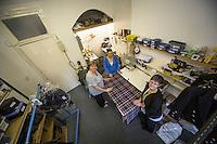 Glasgow- Sartoria kilt , lavoro di preparazione di un kilt, sartoria vista dall'alto