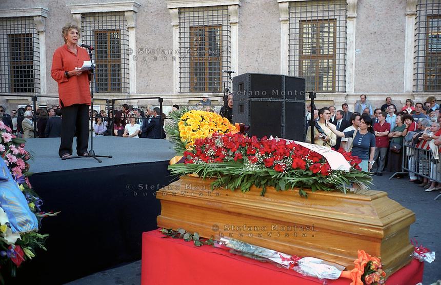 Roma Maggio 2003.Funerali in Piazza Farsene di Luigi Pintor fondatore del quotidiano Il Manifesto..L'orazione funebre di Luciana Castellina.