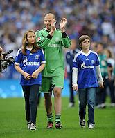 FUSSBALL   1. BUNDESLIGA   SAISON 2011/2012   33. SPIELTAG FC Schalke 04 - Hertha BSC Berlin                         28.04.2012 Torwart Mathias Schober (FC Schalke 04) verabschiedet sich von den Fans.