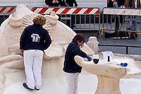 Roma 20 Febbraio 2015<br /> La fontana della Barcaccia a Piazza di Spagna danneggiata dai tifosi del Feyenoord.  Gli archeologi  della sovrintendenza ai Beni Culturali di Roma, hanno riscontrato &laquo;danni permanenti&raquo; alla fontana seicentesca. Tecnici al lavoro sulla fontana della Barcaccia <br /> Rome February 20, 2015<br /> The Fountain of Barcaccia in Piazza di Spagna damaged by fans of Feyenoord. Archaeologists of the superintendent of Cultural Heritage of Rome, found &quot;permanent damage&quot; to the seventeenth-century fountain. Technicians working on Fountain of Barcaccia.