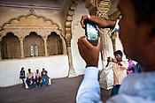 Visitors take pictures of the 'Dwn-e-'m' (Place for public hearing) at the Agra Fort in Agra, Uttar Pradesh in India. Photo: Sanjit Das/Panos pour Le Point