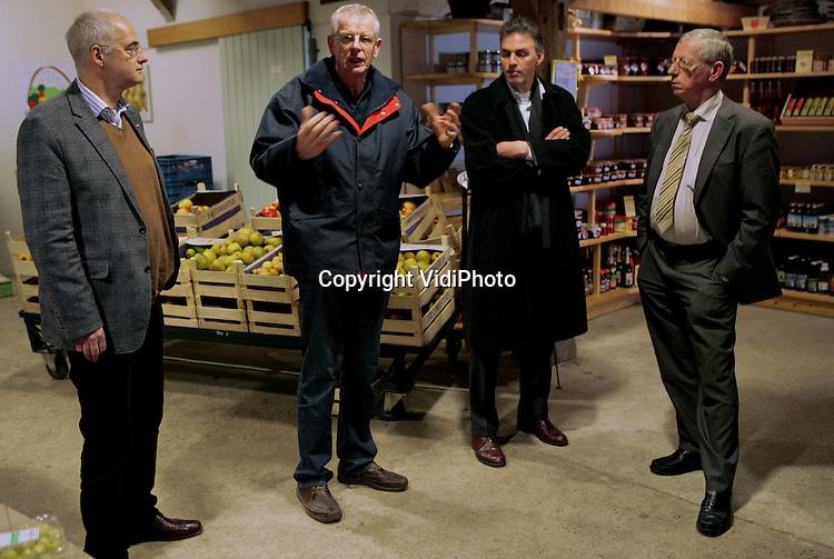 Foto: VidiPhoto..RESSEN - LTO Noord-voorzitter Tammo Beishuizen (l) en zijn gezelschap krijgen vrijdag 30 januari van fruitteler Nico van Olst (tweede van links) uit Ressen uitleg in diens landwinkel.