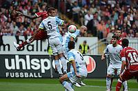 Fussball 2. Bundesliga:  Saison   2012/2013,    3. Spieltag  1. FC Kaiserslautern - TSV 1860 Muenchen   26.08.2012 (v. li.) Mohamadou Idrissou (1. FC Kaiserslautern)  gegen Guillermo Vallori (1860 Muenchen) und Necat Ayguen (1860 Muenchen)