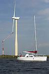 Foto: VidiPhoto<br /> <br /> ZEEWOLDE - Onderhoud aan een van de windturbines op Windpark Zuidlop langs het Wolderwijd dinsdag. Het samenwerkingsproject Zuidlob van boeren en energieleverancier NUON draait nu bijna twee jaar naar tevredenheid en is met met 122 Megawatt (90.000 huishoudens stroom) qua capaciteit een van de grootste windparken op het land. In totaal staan er in de gemeente Zeewolde 255 windmolens, op een totaal van 597 in heel Flevoland. Op dit moment wordt gewerkt aan een forse uitbreiding van 1,4 miljard kWh per jaar -goed voor de stroomvoorziening van 400.000 huishoudens- bij Urk. Dat megaproject -Windpark Noordoostpolder- wordt vooralsnog de grootste van Europa. De gemeente en Urk en natuurbeschermingsorganisaties hebben zich jarenlang  zonder succes verzet tegen dat initiatief. Omdat windenergie ruim 50 procent meer kost dan het oplevert, worden windenergieprojecten nog steeds fors gesubsidieerd door de overheid.