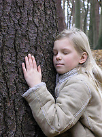 Mädchen, Kind umarmt Baum, Baumstamm, Freundschaft, Liebe zum Baum, Mädchen lauscht dem Saftaufstieg in einem Baum,