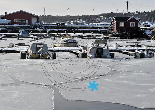 Impressionen aus Larvik - im Bild: winterliche Idylle am Sportboothafen - Motorboote zwischen den großen Eisschollen.  Foto: Norman Rembarz..Jegliche kommerzielle Nutzung ist honorar- und mehrwertsteuerpflichtig! Persönlichkeitsrechte sind zu wahren. Es wird keine Haftung übernommen bei Verletzung von Rechten Dritter. Autoren-Nennung gem. §13 UrhGes. wird verlangt. Weitergabe an Dritte nur nach  vorheriger Absprache. Online Nutzung ist separat kostenpflichtig.