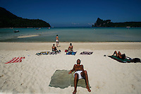 Thailandia , Phi Phi Island, Loh Dalam Bay.Phi Phi is Thailand's island-superstar. It's been in the movies. It's the topic of conversation for travelers all over Thailand. For some, it's the only reason to touchdown in Phuket. Even with all the hype, it doesn't disappoint. .Phi Phi's beauty is a large chunk of the allure. The islands, when approached by boat, rise from the sea like a fortress. Sheer cliffs tower overhead, then give way to beach-fronted jungle. It's love at first sight. As the tragedy of the devastating tsunami that all-but wiped out Thailand?s Phi Phi Island becomes an increasingly distant memory, this paradise getaway has been completely rebuilt and is more popular than ever. Lured by the promise of coral-filled turquoise waters, and white sandy beaches overlooked by dense forest, the holidaymakers have returned in droves. And for those that ? heaven forbid - tire of endless sun, surf and beautiful scenery, there is always someone ready to offer a refreshing Thai massage, or a kickboxing match to watch. And of course there?s a host of bars and restaurants to socialize into the early hours..