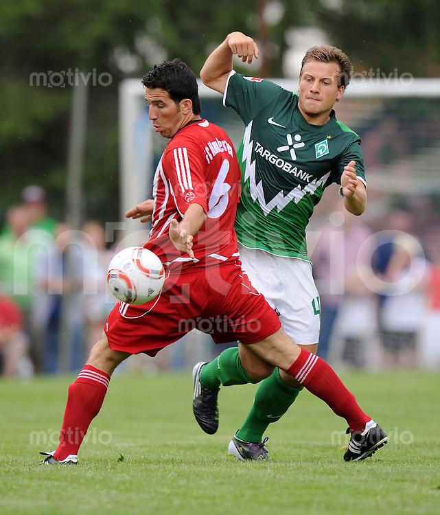 FUSSBALL     1. BUNDESLIGA     SAISON 2010/2011     TESTSPIEL FC Hambergen - SV Werder Bremen      17.07.2010  Bassam OMAR (li, Hambergen) gegen Philipp BARGFREDE (re, Bremen)